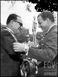 Presidente João Goulart condecora o ministro Hermes Lima (entre set 1961 e junho 1963).