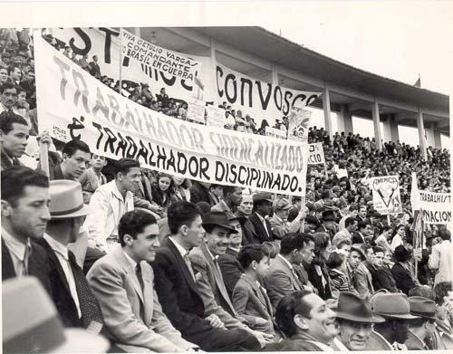 b511d6c4f Aspecto da concentração trabalhista de 1º de maio, no estádio municipal do  Pacaembú, 1944