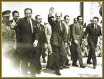 Tancredo Neves (acenando) e João Goulart (à esq.) sobem a rampa do Palácio do Planalto. Entre set e dez 1961.