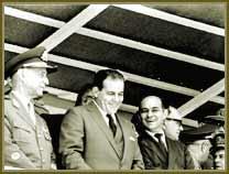 Presidente João Goulart (ao centro) e o primeiro-ministro Tancredo Neves (à sua esq) em palanque durante cerimônia oficial. Entre set 1961 e jun 1962.