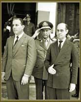 Presidente João Goulart (à esq); o ministro da Guerra, Segadas Viana (ao centro) e o primeiro-ministro Tancredo Neves (à dir), durante comemorações pela tomada de Monte Castelo, ocorrida na Segunda Guerra Mundial. Fev 1962.