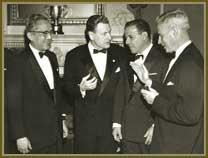 Esq/dir: U Thant, secretário geral da ONU; Nelson Rockfeller, governador de Nova York; presidente João Goulart, em almoço oferecido por Rockfeller. Em abril de 1962.